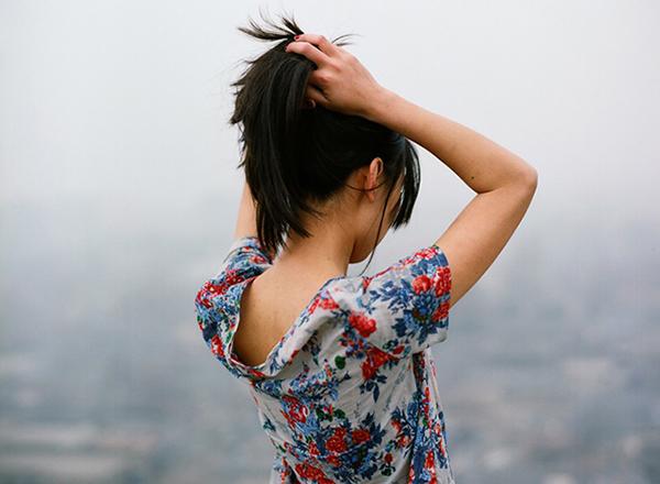 Картинка девушки со спины у моря - ab858