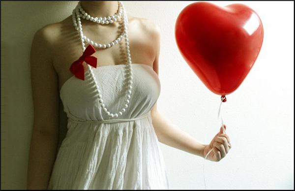 невеста в белом не видно лица, воздушный шарик