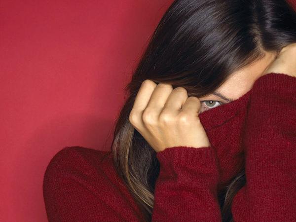 женщина без лица, прячет лицо