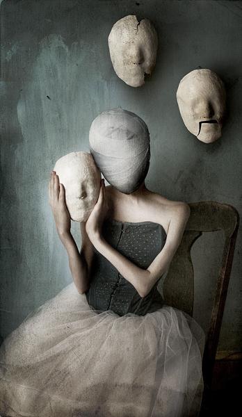 девушка с разными масками