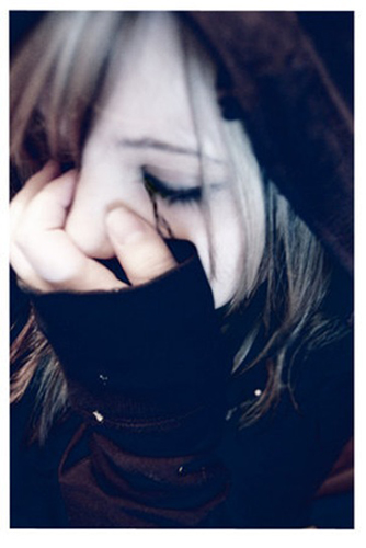 Плачущие глаза девушки бесцветная