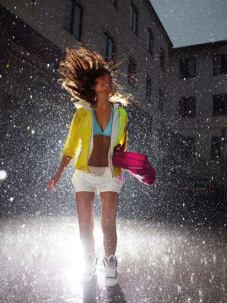 девушка в одежде Адидас на улице