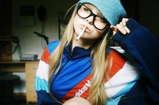 курящая девушка в костюме адидас