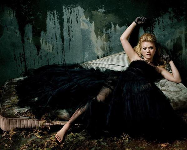 В чёрном платье лежит на матрасе на