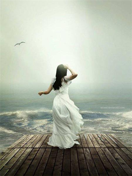 Девушка стоящая спиной на помосте у