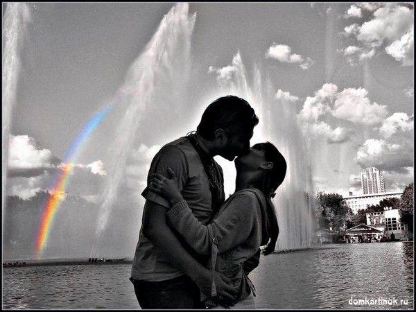Парень и девушка купаются голышом