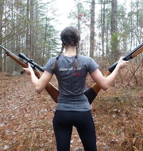 девушка со снайперской винтовкой и с ружьём со спины
