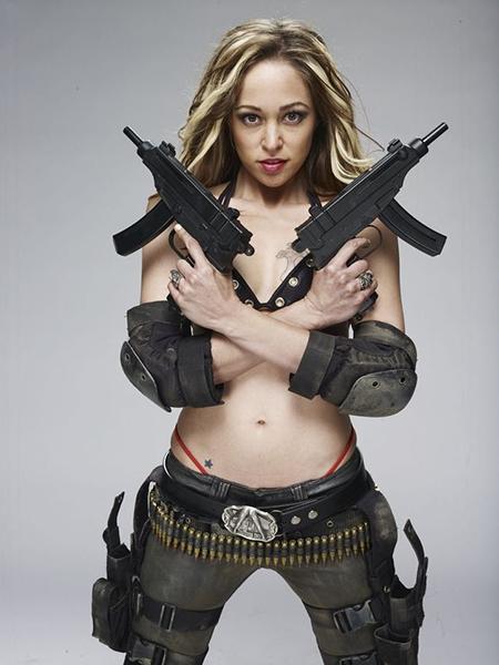 девушки воин держит два автомата