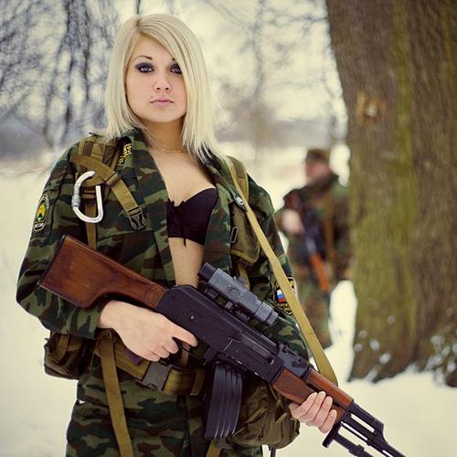 девушки блондинка с автоматом