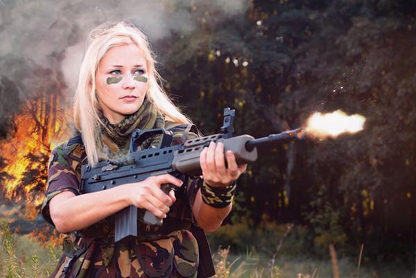 девушка стреляет из оружия