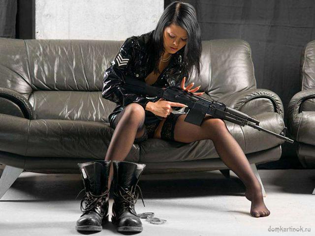 девушки с оружием в руках