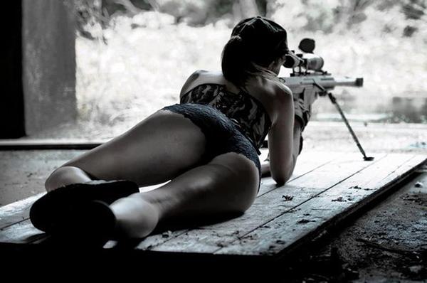 девушка стреляет из снайперской винтовки
