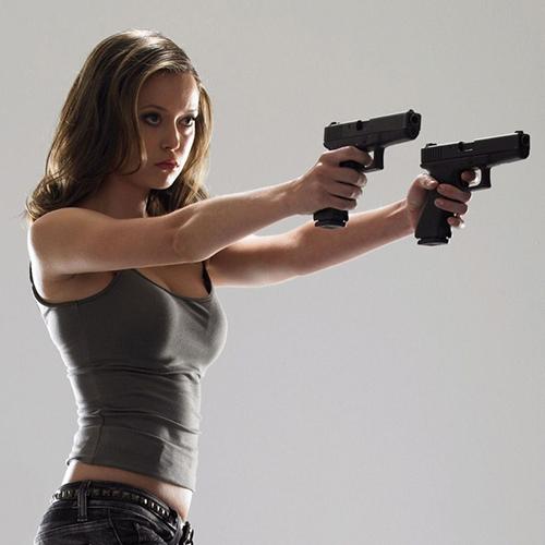девушка с двумя пистолетами