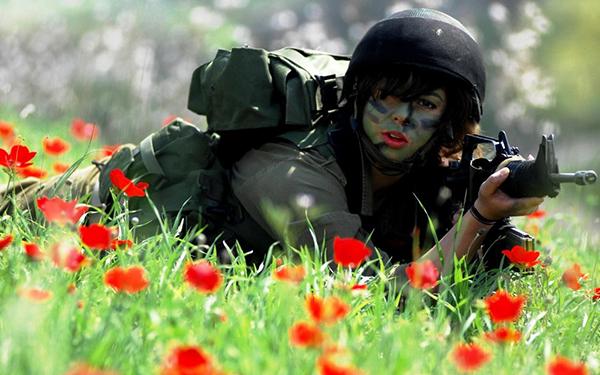 военная девушка с автоматом в маковом поле