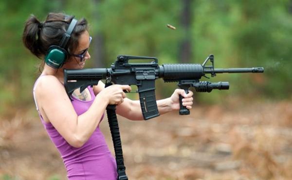 русская девушка стреляет из автомата