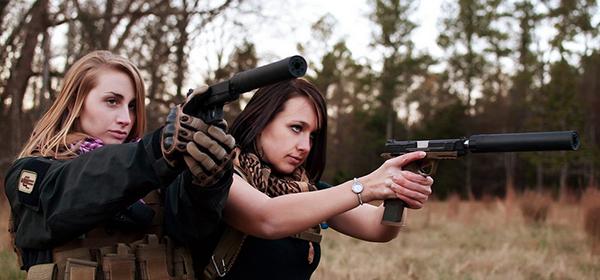 фото двух девушек с пистолетами
