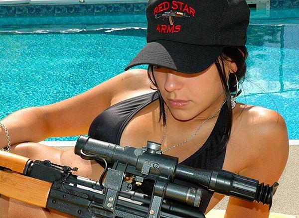 девушка в кепке с оружием, фото на аву