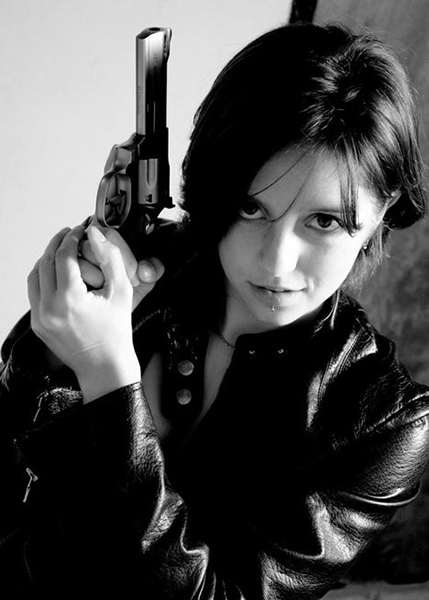 чёрно белое фото девушки с оружием
