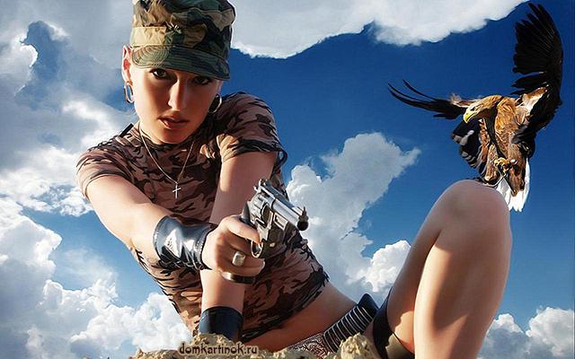 военная девушки с револьвером в руках