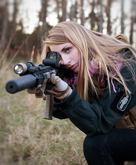 девушка-снайпер держит оружие с лазерным прицелом