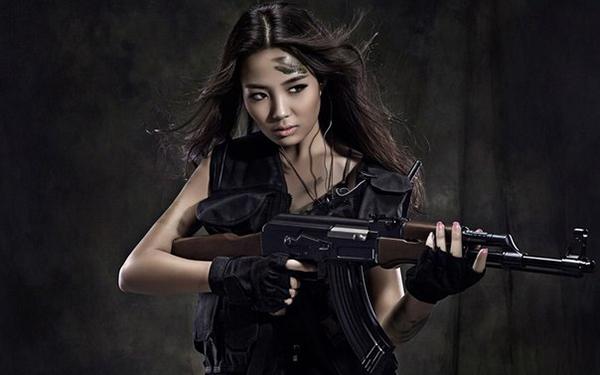 азиатка с автоматом Калашникова
