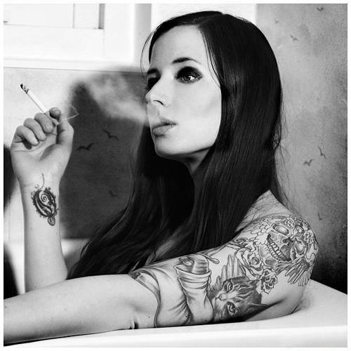 Девушка с татуировкой лежит в ванной и курит Фак ю Рисунок