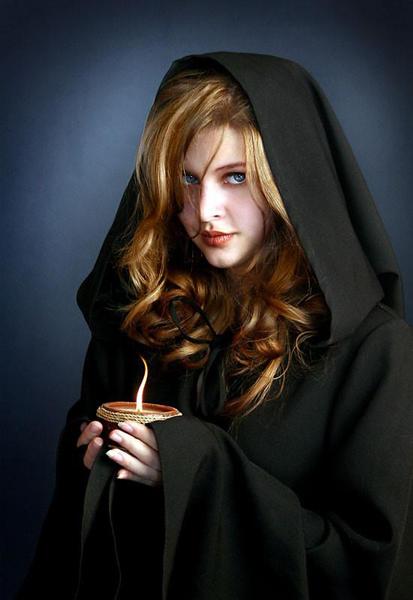 красивая девушка в чёрном плаще с капюшоном