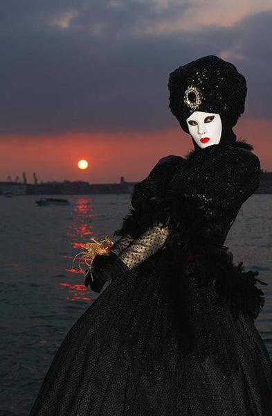 Фото девушки в маске анонимуса на аву