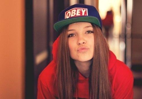 Фото на аву девушка в кепке