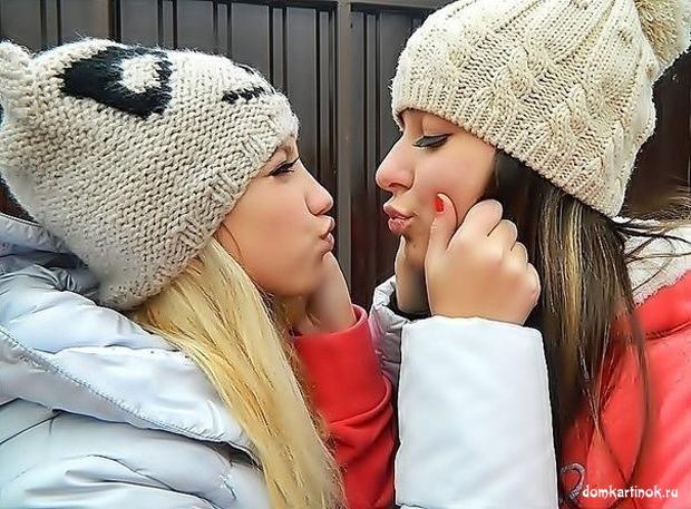 Две русские девушки целуются, ласкают друг друга, бесплатная картинка