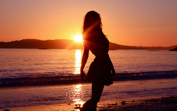 Фото на аву девушек со спины у моря