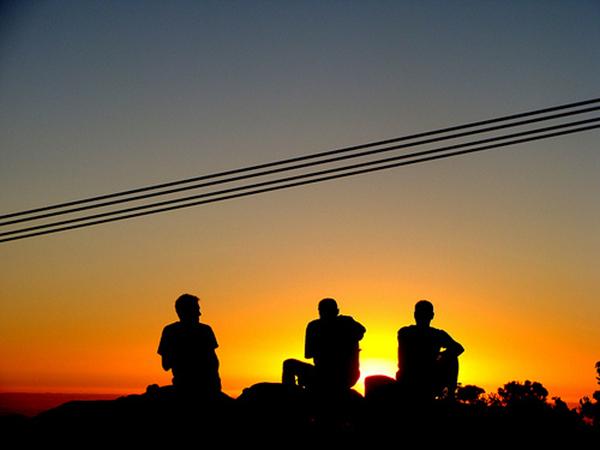 люди смотрят на закат солнца